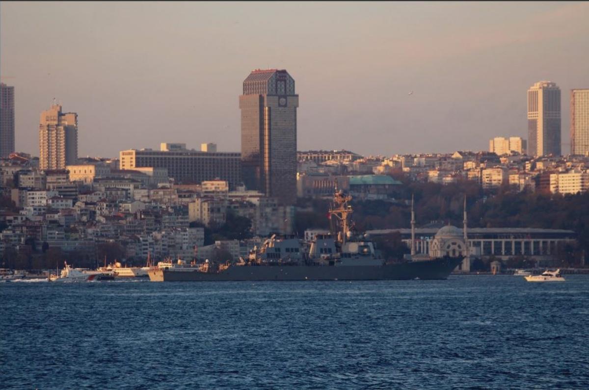 Американский ракетный эсминец USS Ross вошел в Черное море