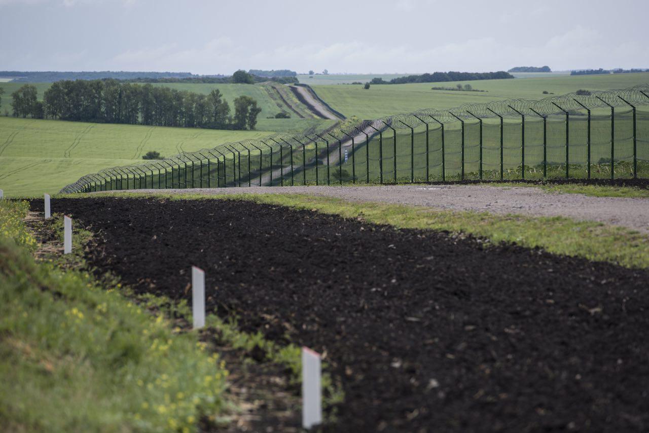 Картинки по запросу стену на границе с россией построили на 30