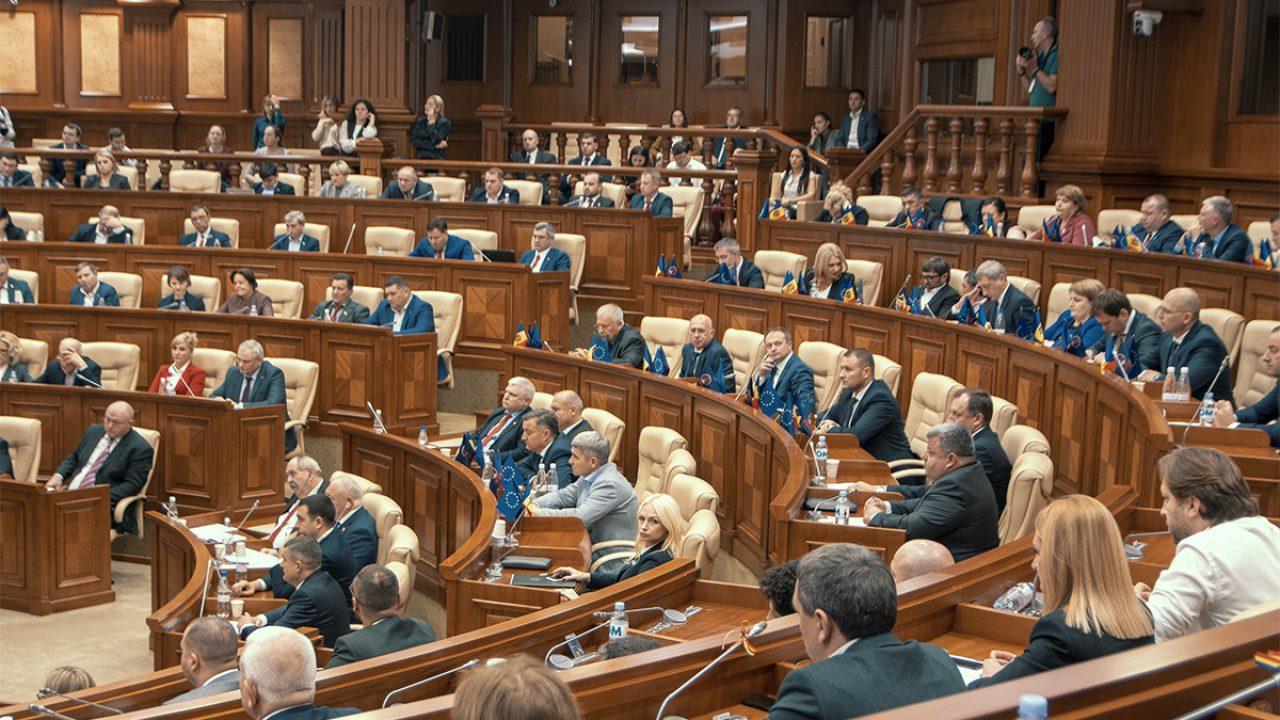 Парламент Молдовы предварительно одобрил возвращение русскому языку «межнационального» статуса