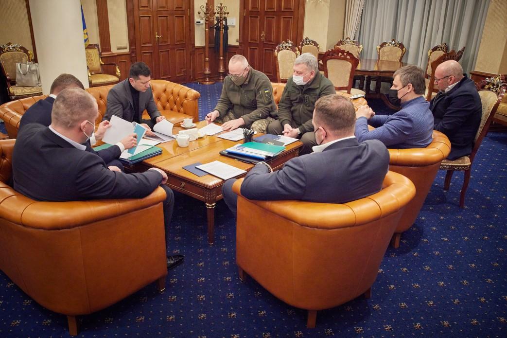 Зеленский сразу по прилету из ОАЭ провел ночное совещание из-за гибели украинских военных