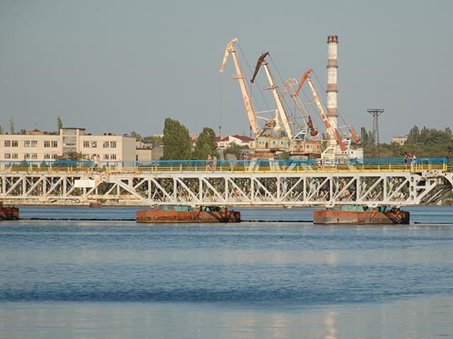 Спасатели и прохожие совместными усилиями вытащили из воды женщину, тонувшую у Ингульского моста в Николаеве