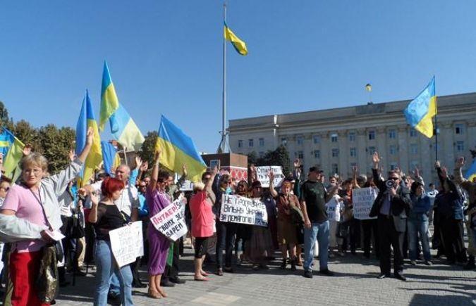 Херсонцев на митинге заставили голосовать за плакаты