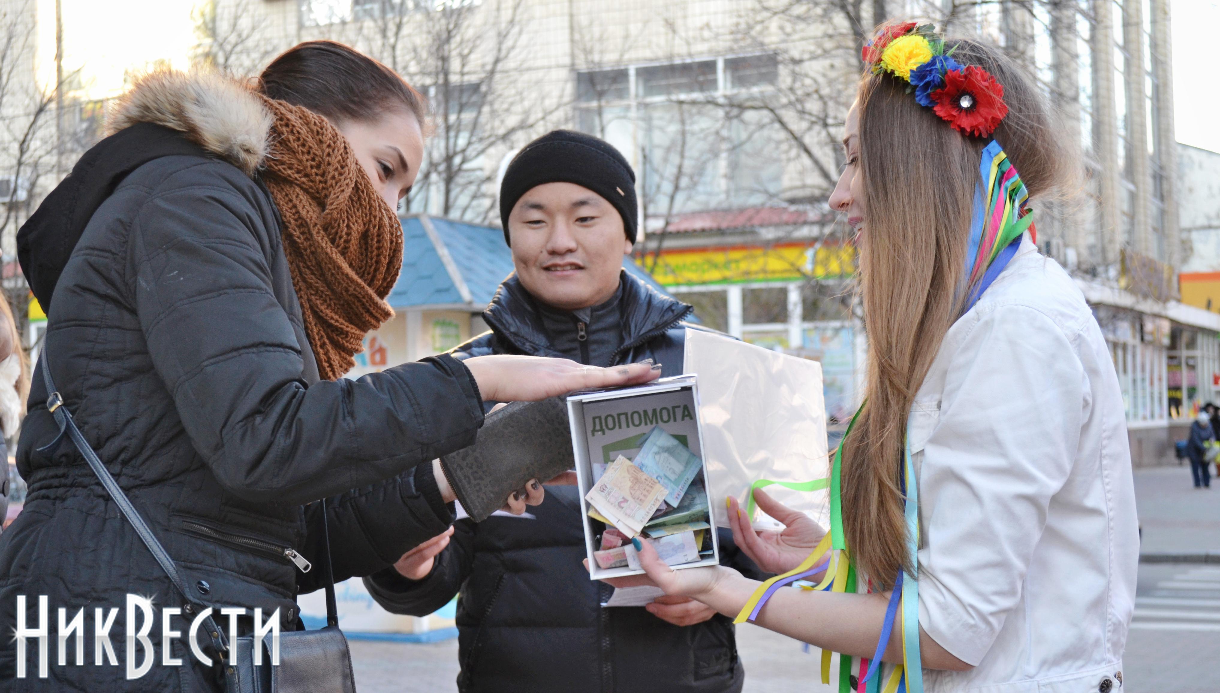 Смелые николаевские девушки вышли на центральную улицу города в летней одежде, чтобы помочь солдатам