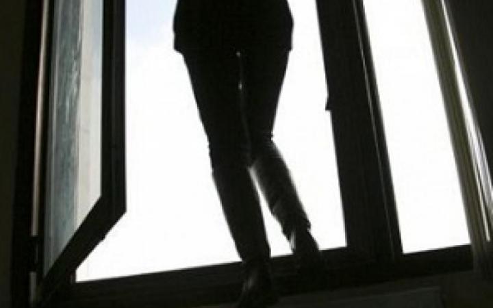 У Голопристанському районі п`яна курортниця вистрибнула із вікна