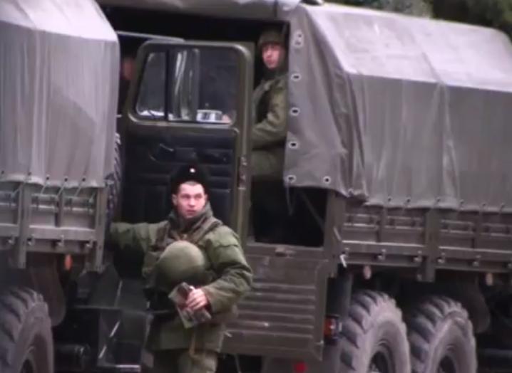 В Ялте свободно разгуливают российские военные(видео)